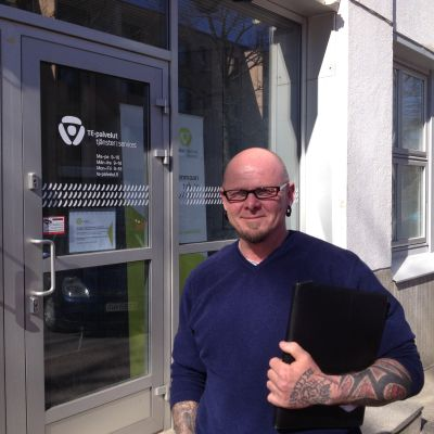 Peter Dahlström från Harparskog, Raseborg, utanför arbets- och näringsbyrån i Ekenäs.