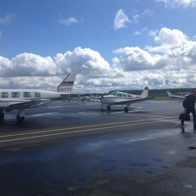 Flying farmers, flygande bönder, anländer till flygfältet i Kronoby.