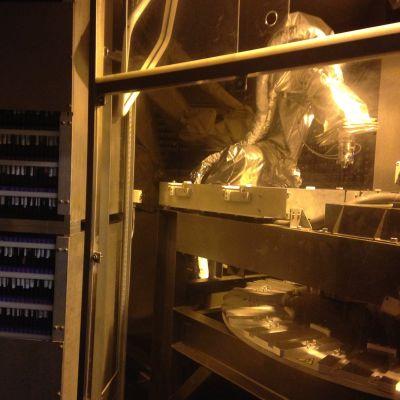 Robot som arbetar med blodprover i genbankens kylrum.