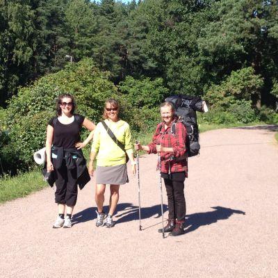Tre damr marscherar för att öka kunskapen om borrelios, diagnos och symtom.