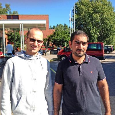 Alaa Salem från Syrien och Ammar Al Kaysi från Irak har bott snart en vecka i Evitskog.