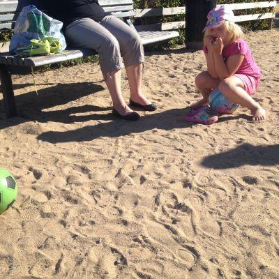 Barn och vuxen i park i Karleby.