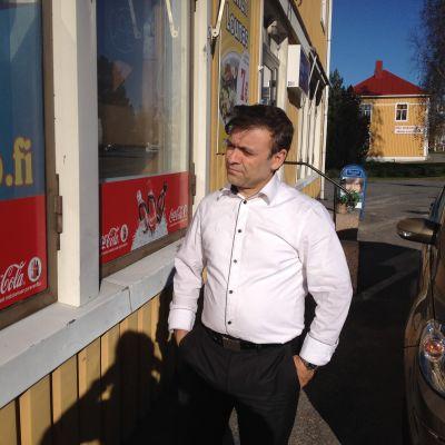 Ahmad Rohaani utanför sin restaurang i Vörå.