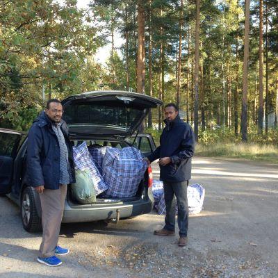 Aden Abdisheikh och Abdullahi Musse levererar varma kläder till en flyktingförläggning i Vanda