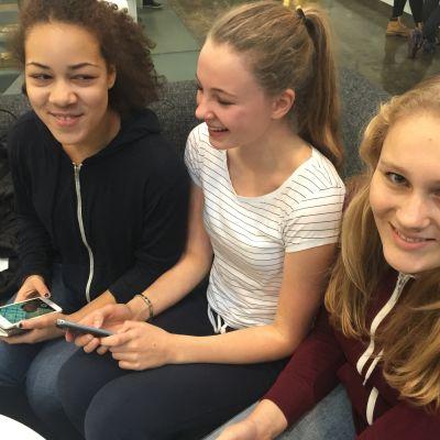 Nästan inga sociala medier är femtonåringarna Rebecca Nugent, Tega Oke och Carolina Eklund främmande.