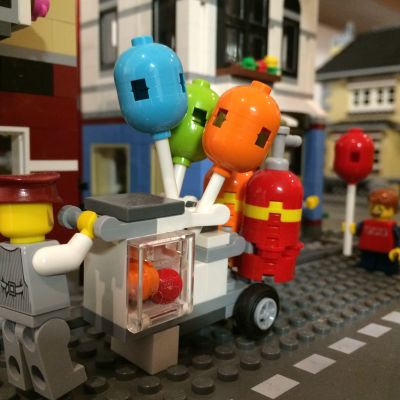 Legofigurer i stadsmiljö.