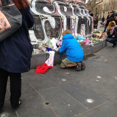 Parisbor sörjer tillsammans.