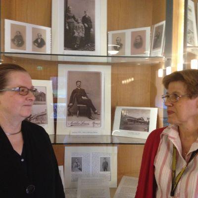 Catherine af Hällström och Anne Andersson på Åbo Akademis bibliotek
