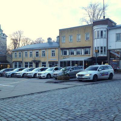 Taxibilar på torget i Ekenäs.