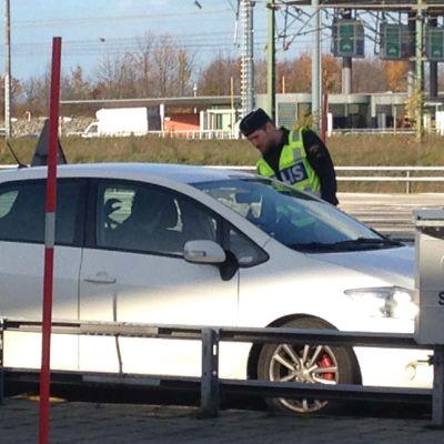 Svensk polis granskar bilar som kommer med Öresundsbron.