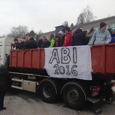 Abiturienter åker lastbil på bänkkuddardagen.