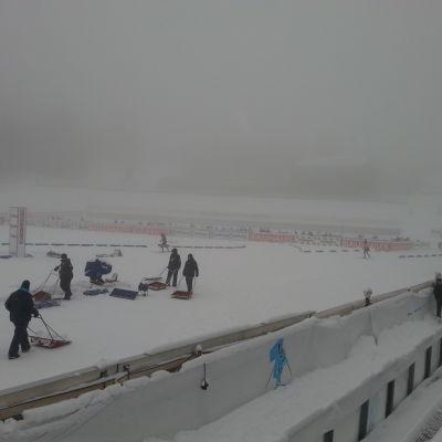 Snöfallet kan ställa till det på Holmenkollen.
