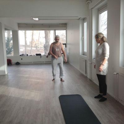 Fight Backs träningssal i Åbo. Jaswinder Jhutti och Ann-Christine Jansson-Jhutti tränar