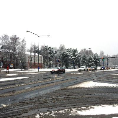 Slask och snö i korsningen av Alskatvägen och Brändövägen i Vasa.