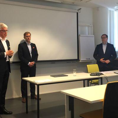 Aappo Kontu, Anvia styrelseordförande, Mika Vihervuori, Anvias vd och Veli-Matti Mattila, vd för Elisa.