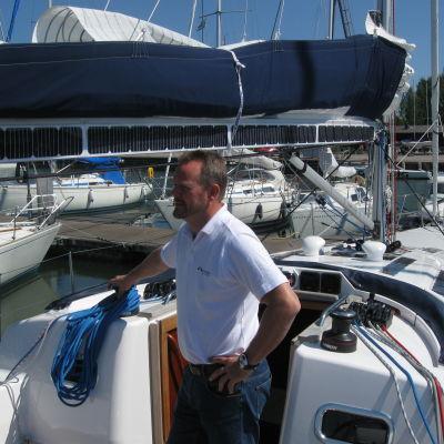 """Företagaren Christian Hallberg ombord på sin """"utsläppsfria"""" sol- och vinddrivna segelbåt."""