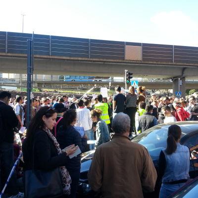 Några hundra människor demonstrerar utanför Migrationsverket.