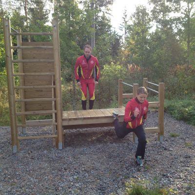 Henrik Malmberg och Maria Ljungqvist provar utomhusgymmet i Västerby friluftsområde.