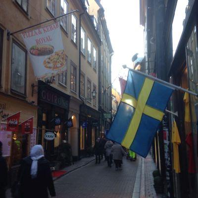 Svenska flaggan vid en affär i Gamla stan, Stockholm.