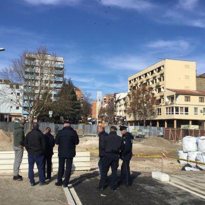 Poliser övervakar rivningen av en mur i norra Mitrovica, Kosovo