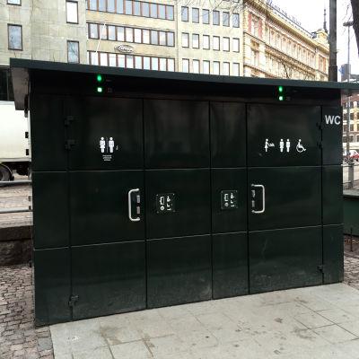 En citytoalett i Esplanadparken i Helsingfors.
