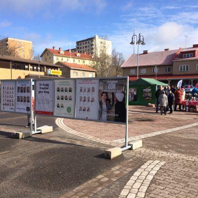Valstugor och kandidatlistor på Dalsbruks torg.