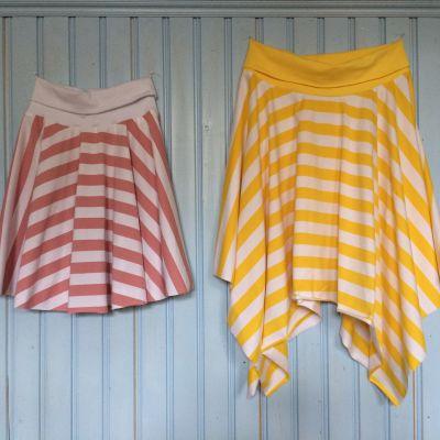 Två randiga kjolar upphängda på en vägg.