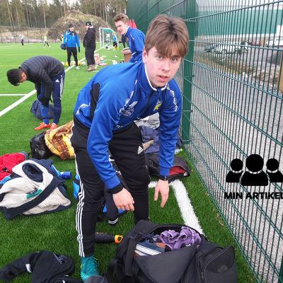 En ung pojke som står på en fotbollsplan. Han heter Rasmus Söderlund och är från Hangö.