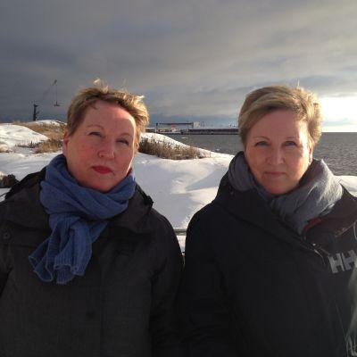 två kvinnor vid havet på vintern