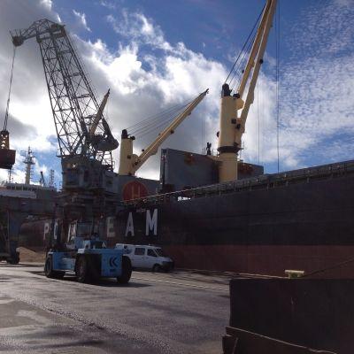 Lastfartyg i hamnen i Vasa.