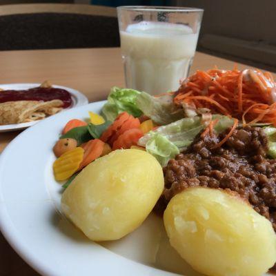 lunchportion med potatis och köttfärssås
