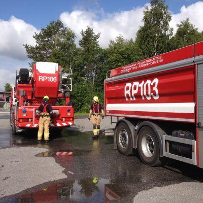 Brandmän från Österbottens räddningsverk övar.