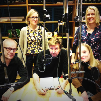 Stradan Marjut tutustui Tohtori Raimo - valtakunnan terapeutti -radiosatiirin tekemiseen. Kuvassa Jukka Puotila, Marjut Tervola, Martti Suosalo, Nora Rinne ja Miira Karhula.