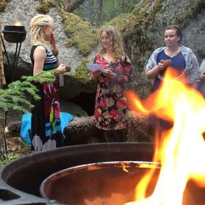 Tuhkimotarinoiden Nanna saa lahjan metsäjuhlissa, loppuhuipennus