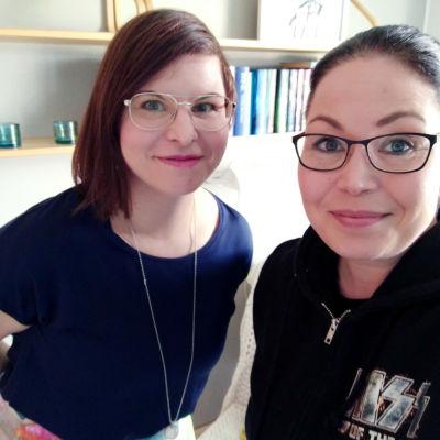 Ilana Aalto ja Maria Jyrkäs kirjahyllyn edustalla.