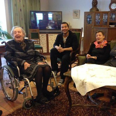 Joonatan Pitkänen laulaa dementiakoti Wilhelmiinassa