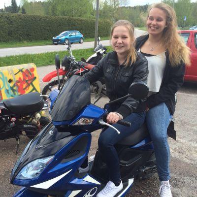 Marika Salo och Adonia Bäck på en vespa.