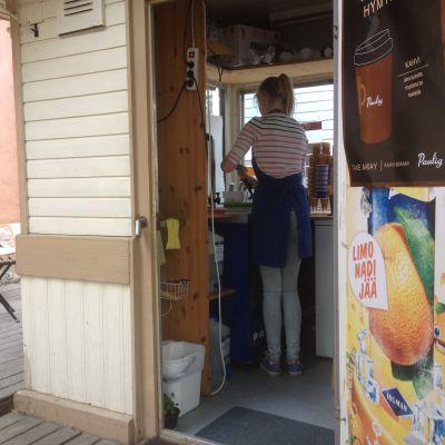 Sommarjobbare säljer glass i kiosk i Borgå
