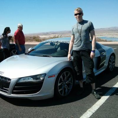 Jari Lana poseeraa Audi R8 -auton vieressä