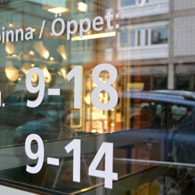 öppethållningstidsinformation på en dörr