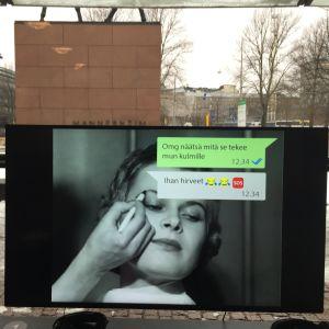 Oi maamme! -näyttely Kiasmassa, avajaiset 28.2.2017. Tehonrakentajat-ryhmä.Jasmina Kautan #InstaQueens monitorissa.