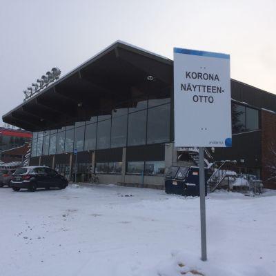 Koronatesstauspiste Jyväskylän Killerillä, kuvassa myös testauspisteestä kertova opastekyltti.
