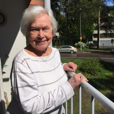 Ulla Gyllenberg poserar på sin balkong.