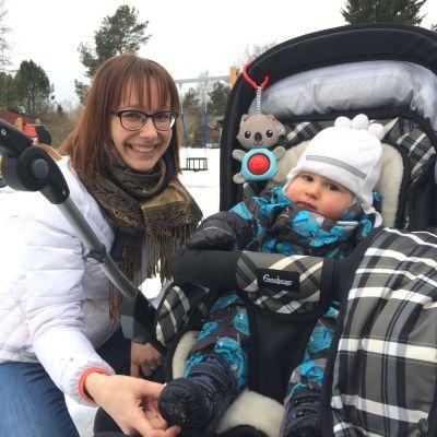 Belinda Andersson intill barnvagn där sonen Hugo sitter.