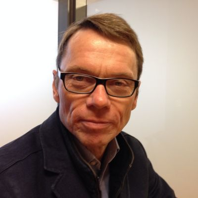 En medelålders man med glasögon.