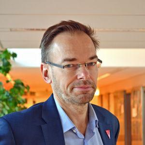 Markus Österlund poserar i en korridor.