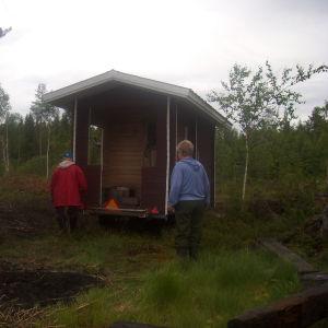 Olen saanut viettää muutaman juhannuksen Puolangalla äitini ystävien mökillä sillä on joka juhannus ollut sauna joka tulee paikalle pyörillä! eli se tuodaan traktorilla paikanpäälle tässä kuvassa saunan ja mökin omistaja Aarne tarkistaa onko sauna hyvässä