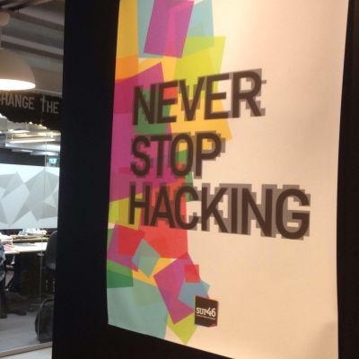 Never stop hacking står på en affish intill ett kontorslandskap på it-klustret SUP46.