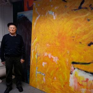 """Aaron Hiltunen ateljeessaan Turussa. Öljymaalaus """"Pyhäpäivä"""" on syksyltä 2015"""