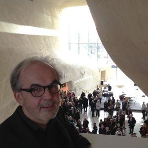 arkkitehti Rainer Mahlamäki suunnittelemassaan Puolan juutalaisten historian museossa näyttelyn avajaisissa